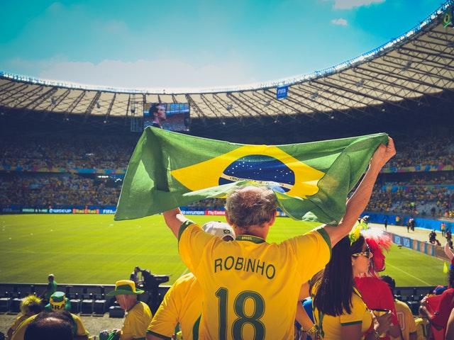Fotbollssupporter med flagga